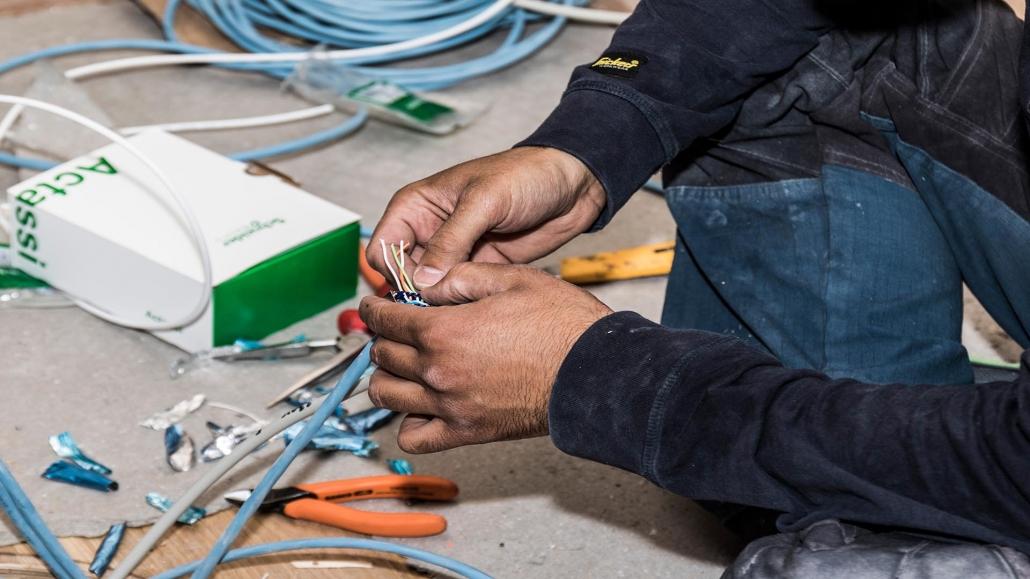 Elektriker tilpasser ledning