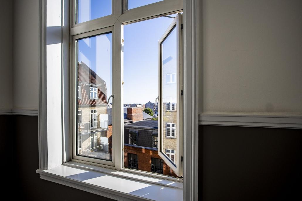 Åbent vindue med udsigt til boliger