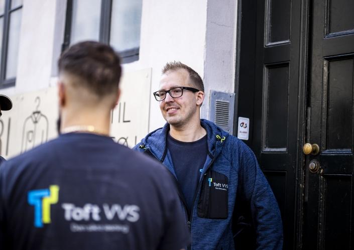 Toft VVS medarbejdere snakker sammen