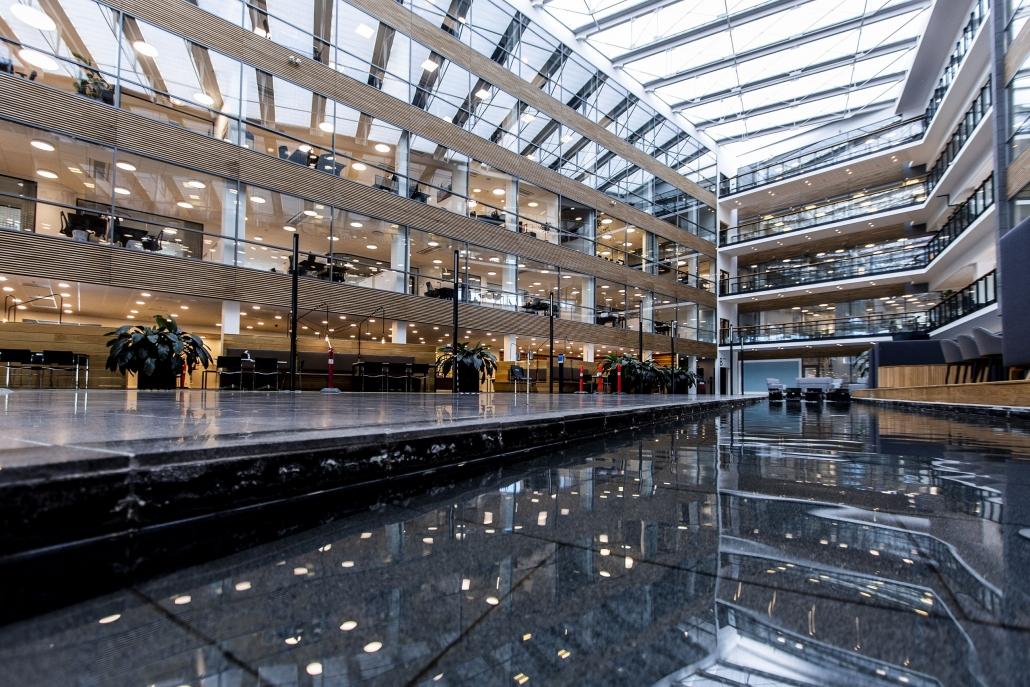Moderne erhvervsbygning med grundig belysning