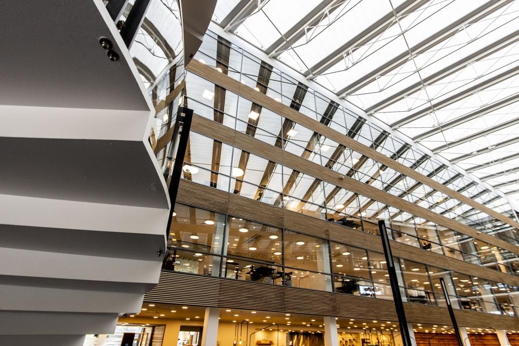 Belysning hos erhvervsbygning i flere etager