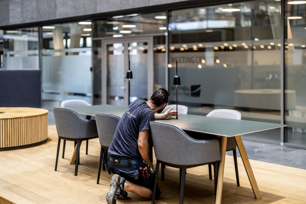 Toft Installation monterer bordlamper hos kunde
