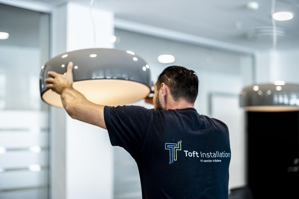 Toft Installation installerer brede loftlamper