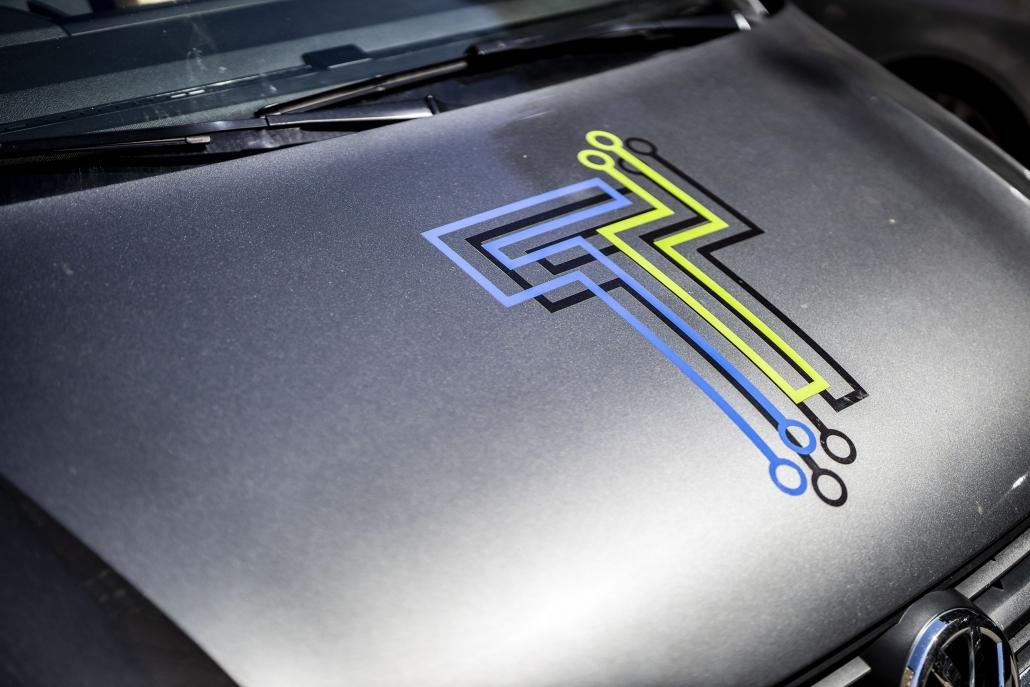 Toft Installation logo på front af firmabil