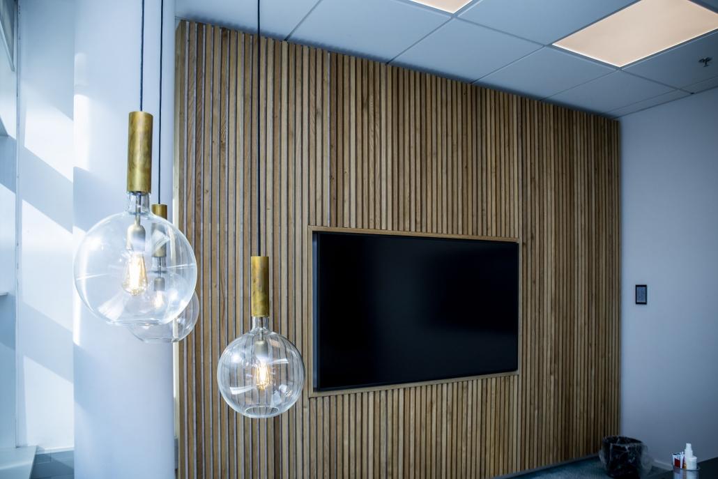 tv og loftlamper på kontor