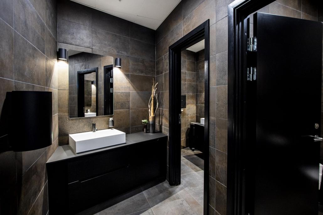 Badeværelse i mørkt design