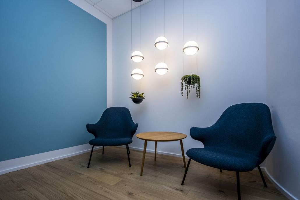 Loftlamper ved lounge med stole og planter
