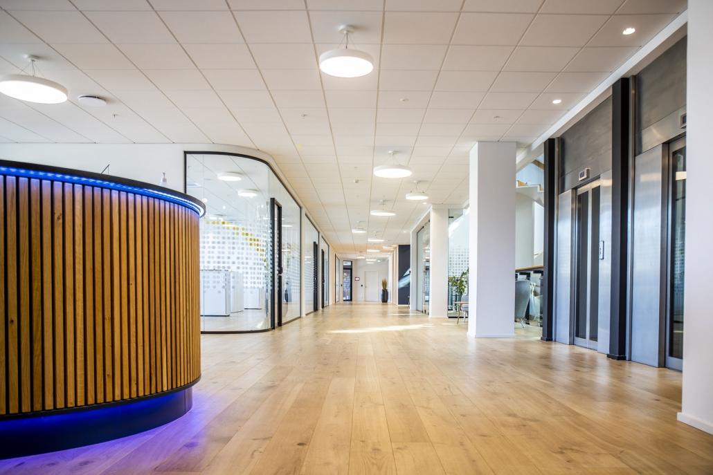 Erhvervsbygning med LED-belsyning under disk